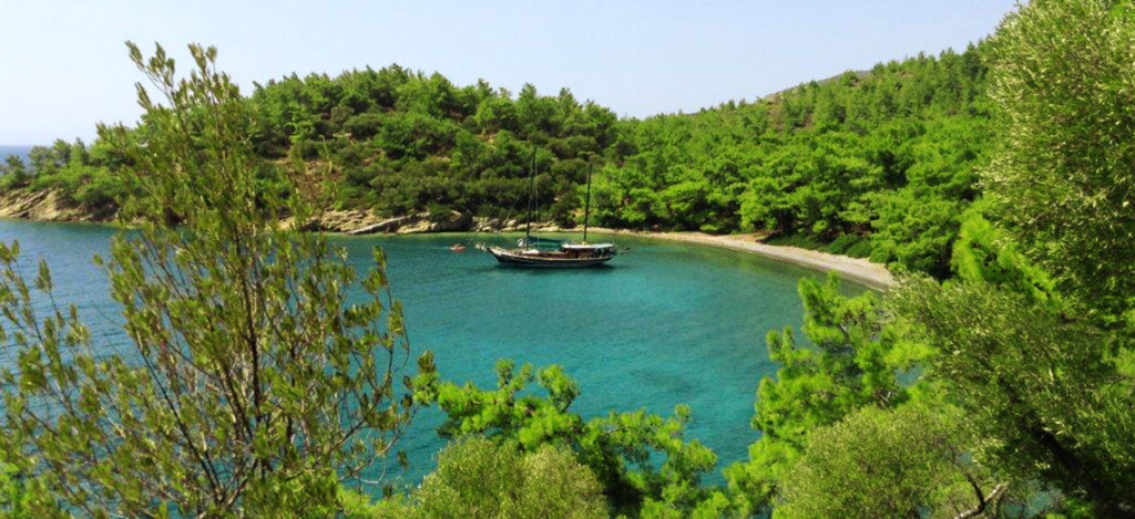 Trek-Turkey-wooden-gulet-in-bay